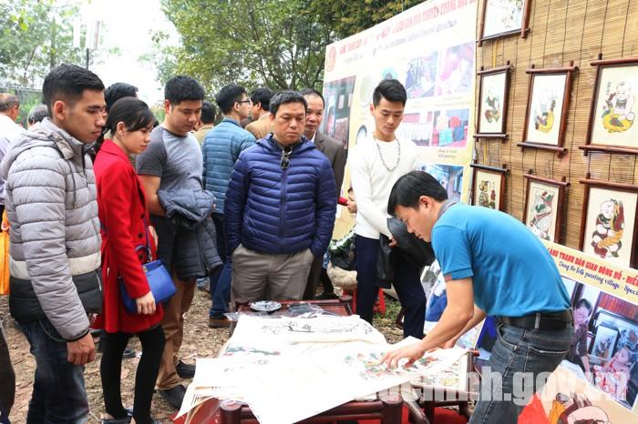 Quầy giới thiệu và triển lãm tranh dân gian Đông Hồ thu hút đông đảo khách du lịch