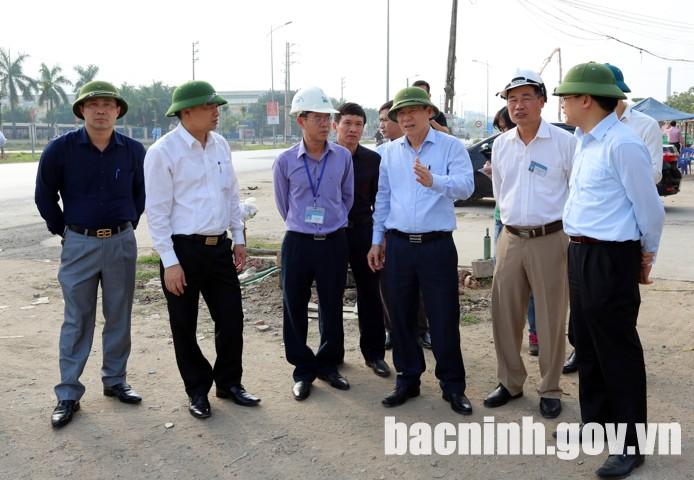Phó Chủ tịch Thường trực UBND tỉnh kiểm tra tiến độ thực hiện dự án đường gom QL18 (bên trái tuyến).