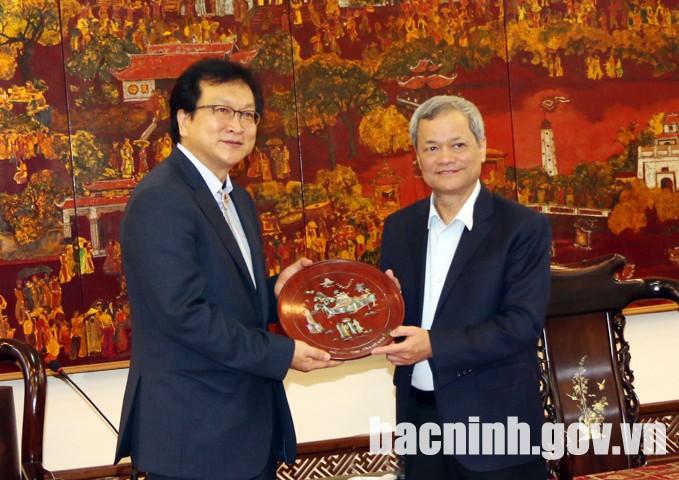 Chủ tịch UBND tỉnh trao tặng sản phẩm làng nghề truyền thống cho ông Kim Sioh.