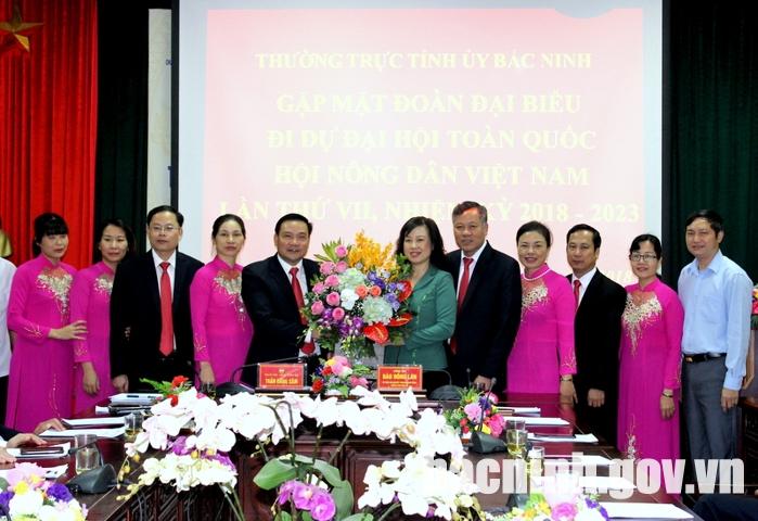 Phó Bí thư Tỉnh ủy tặng hoa chúc mừng các đại biểu tham dự đại hội.