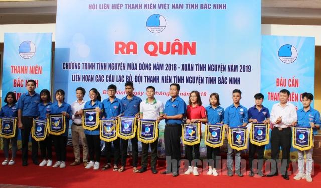 Lãnh đạo Tỉnh đoàn, Hội LHTN tỉnh tặng cờ lưu niệm cho các Câu lạc bộ, đội thanh niên tình nguyện.