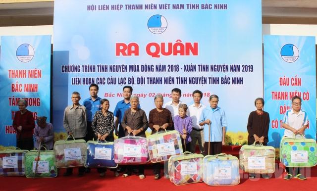 Lãnh đạo Tỉnh đoàn, Hội LHTN tỉnh tặng quà cho các bệnh nhân tại Bệnh viện Phong - Da liễu tỉnh.