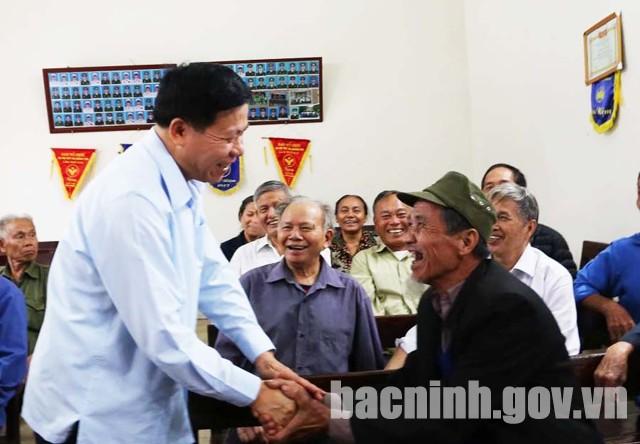 Bí thư Tỉnh ủy Nguyễn Nhân Chiến trò chuyện với các đảng viên Chi bộ thôn Phú Thọ.