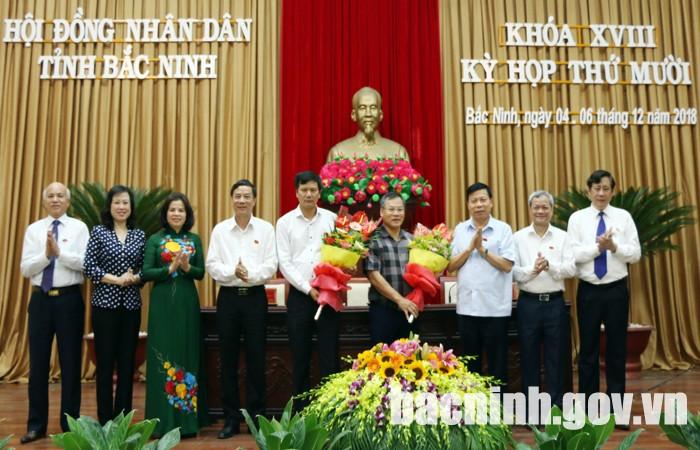 Các đồng chí lãnh đạo tỉnh tặng hoa chúc mừng tân Ủy viên UBND tỉnh.
