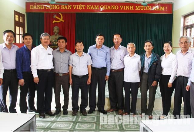 Phó Bí thư Thường trực Tỉnh ủy chụp ảnh lưu niệm với đảng viên Chi bộ thôn Thống Thượng.