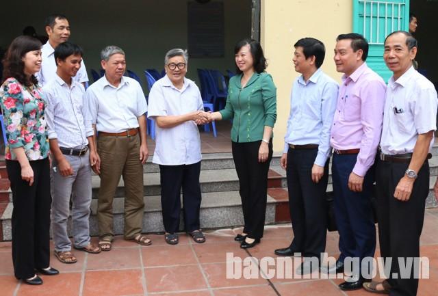 Phó Bí thư Tỉnh ủy Đào Hồng Lan trao đổi với đảng viên Chi bộ thôn Lạc Thổ Bắc, thị trấn Hồ.