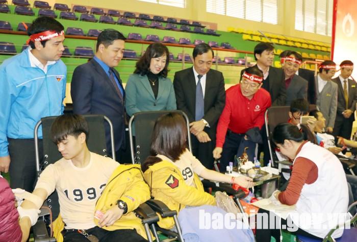 Các đồng chí lãnh đạo động viên đoàn viên thanh viên tham gia hiến máu tình nguyện.