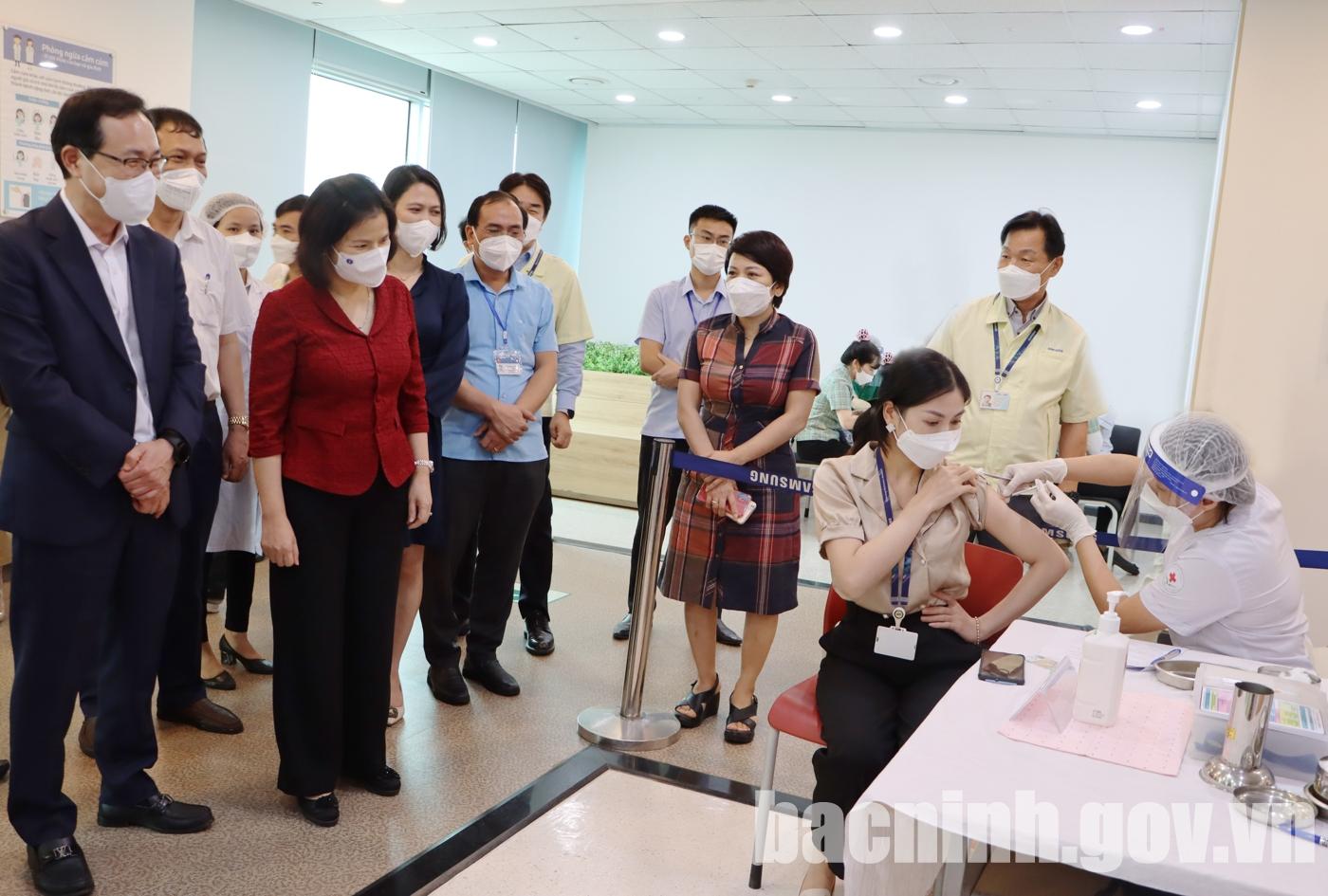 Chủ tịch UBND tỉnh kiểm tra tiêm vắc xin cho công nhân tại Công ty TNHH Samsung SEV